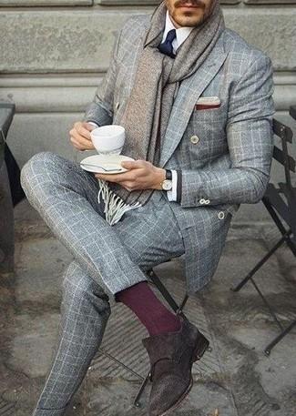 Grauen Schal kombinieren: trends 2020: Kombinieren Sie einen grauen Anzug mit Schottenmuster mit einem grauen Schal für einen bequemen Alltags-Look. Fühlen Sie sich ideenreich? Komplettieren Sie Ihr Outfit mit dunkelbraunen Doppelmonks aus Wildleder.