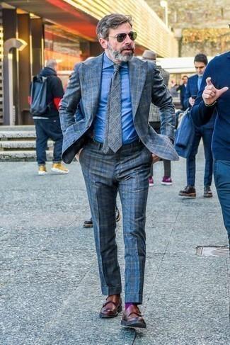 Dunkelblauen Hosenträger kombinieren: trends 2020: Kombinieren Sie einen blauen Anzug mit Schottenmuster mit einem dunkelblauen Hosenträger, um einen lockeren, aber dennoch stylischen Look zu erhalten. Braune Doppelmonks aus Leder bringen Eleganz zu einem ansonsten schlichten Look.