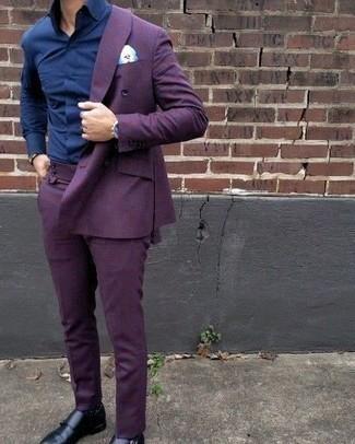 Dunkelblaues Businesshemd kombinieren: trends 2020: Entscheiden Sie sich für ein dunkelblaues Businesshemd und einen violetten Anzug für einen stilvollen, eleganten Look. Schwarze Doppelmonks aus Leder leihen Originalität zu einem klassischen Look.