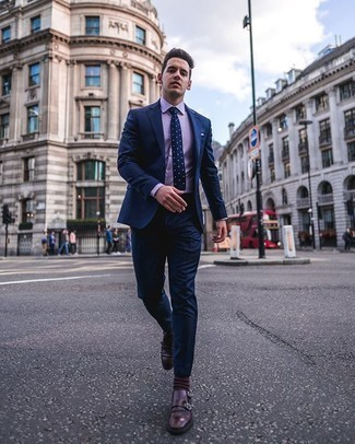 Dunkelbraune Socken kombinieren – 280 Herren Outfits: Entscheiden Sie sich für einen dunkelblauen Anzug und dunkelbraunen Socken für einen bequemen Alltags-Look. Fühlen Sie sich mutig? Wählen Sie dunkelroten Doppelmonks aus Leder.