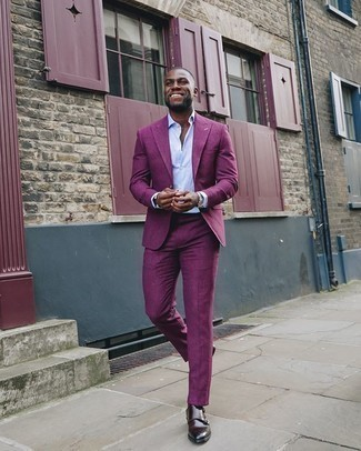 Lila Anzug kombinieren – 48 Herren Outfits: Kombinieren Sie einen lila Anzug mit einem hellblauen Businesshemd für einen stilvollen, eleganten Look. Fühlen Sie sich ideenreich? Vervollständigen Sie Ihr Outfit mit dunkelbraunen Doppelmonks aus Leder.