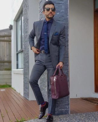 Dunkelblaues Businesshemd kombinieren – 660+ Herren Outfits: Kombinieren Sie ein dunkelblaues Businesshemd mit einem dunkelgrauen Anzug mit Karomuster, um vor Klasse und Perfektion zu strotzen. Komplettieren Sie Ihr Outfit mit dunkelroten Doppelmonks aus Leder.