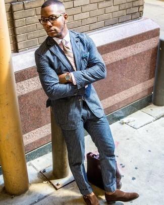 Dunkelbraune Shopper Tasche aus Leder kombinieren – 209 Herren Outfits: Kombinieren Sie einen dunkelblauen vertikal gestreiften Anzug mit einer dunkelbraunen Shopper Tasche aus Leder, um mühelos alles zu meistern, was auch immer der Tag bringen mag. Schalten Sie Ihren Kleidungsbestienmodus an und machen braunen Doppelmonks aus Wildleder zu Ihrer Schuhwerkwahl.