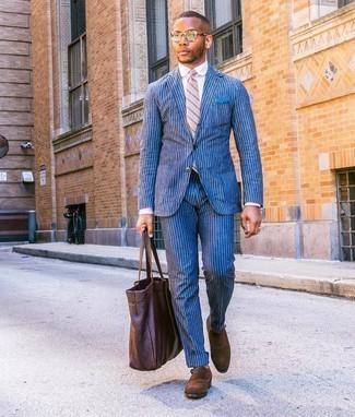 Dunkelbraune Shopper Tasche aus Leder kombinieren – 209 Herren Outfits: Kombinieren Sie einen blauen vertikal gestreiften Anzug mit einer dunkelbraunen Shopper Tasche aus Leder für ein großartiges Wochenend-Outfit. Braune Doppelmonks aus Wildleder sind eine einfache Möglichkeit, Ihren Look aufzuwerten.