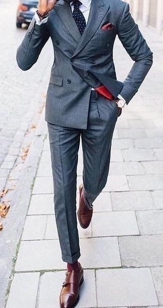 Dunkelblauen Anzug kombinieren – 500+ Herren Outfits: Paaren Sie einen dunkelblauen Anzug mit einem weißen Businesshemd für einen stilvollen, eleganten Look. Bringen Sie die Dinge durcheinander, indem Sie braunen Doppelmonks aus Leder mit diesem Outfit tragen.