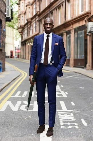Wie kombinieren: blauer Anzug, weißes Businesshemd, dunkelbraune Doppelmonks aus Wildleder, dunkelbraune Wollkrawatte