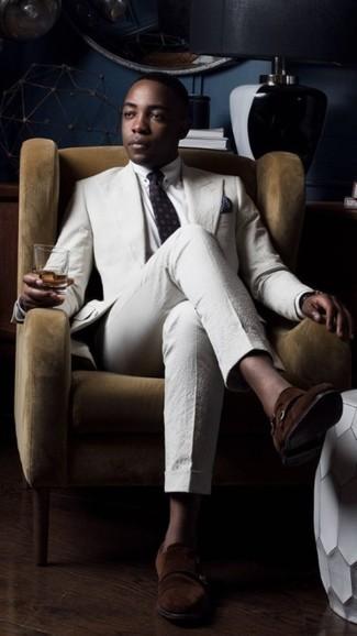 Dunkelbraune Doppelmonks aus Wildleder kombinieren – 188 Herren Outfits: Paaren Sie einen weißen Anzug aus Seersucker mit einem weißen Businesshemd für einen stilvollen, eleganten Look. Wenn Sie nicht durch und durch formal auftreten möchten, wählen Sie dunkelbraunen Doppelmonks aus Wildleder.