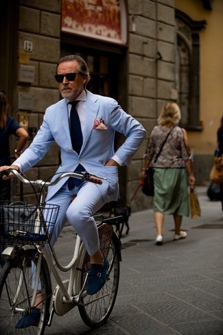 50 Jährige: Outfits Herren 2021: Kombinieren Sie einen hellblauen vertikal gestreiften Anzug aus Seersucker mit einem weißen Businesshemd für einen stilvollen, eleganten Look. Dunkelblaue Doppelmonks aus Wildleder sind eine ideale Wahl, um dieses Outfit zu vervollständigen.