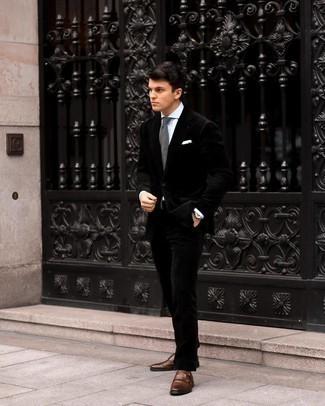 schwarzer Samtanzug, weißes Businesshemd, dunkelbraune Doppelmonks aus Leder, graue Strick Krawatte für Herren