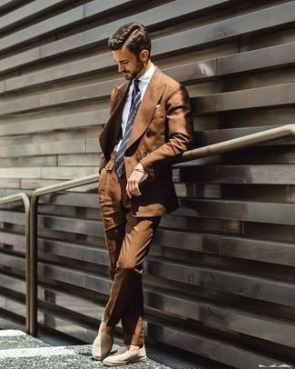 Espadrilles kombinieren – 326 Herren Outfits: Vereinigen Sie einen rotbraunen Anzug mit einem weißen Businesshemd für einen stilvollen, eleganten Look. Warum kombinieren Sie Ihr Outfit für einen legereren Auftritt nicht mal mit Espadrilles?