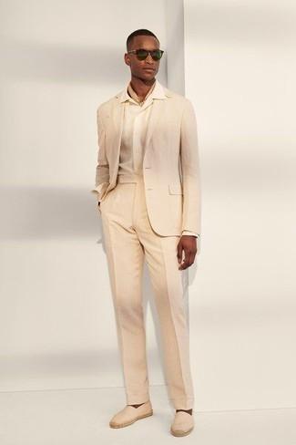 Espadrilles kombinieren – 389 Herren Outfits: Erwägen Sie das Tragen von einem hellbeige Anzug und einem weißen Businesshemd für einen stilvollen, eleganten Look. Wenn Sie nicht durch und durch formal auftreten möchten, wählen Sie Espadrilles.