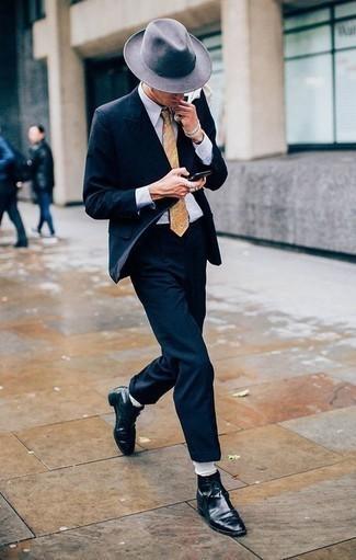 Hellbeige Krawatte mit Paisley-Muster kombinieren: trends 2020: Tragen Sie einen dunkelblauen Anzug und eine hellbeige Krawatte mit Paisley-Muster für einen stilvollen, eleganten Look. Wenn Sie nicht durch und durch formal auftreten möchten, komplettieren Sie Ihr Outfit mit schwarzen Lederformellen stiefeln.