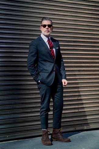 Machen Sie sich mit einem dunkelblauen Wollanzug und einem grauen vertikal gestreiften Businesshemd einen verfeinerten, eleganten Stil zu Nutze. Fühlen Sie sich ideenreich? Ergänzen Sie Ihr Outfit mit einer dunkelbraunen lederfreizeitstiefeln.