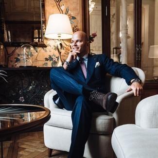 40 Jährige: Smart-Casual Outfits Herren 2020: Tragen Sie ein weißes und blaues vertikal gestreiftes Businesshemd, um vor Klasse und Perfektion zu strotzen.
