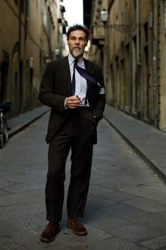 Hosenträger kombinieren – 302 Herren Outfits: Entscheiden Sie sich für einen dunkelbraunen vertikal gestreiften Anzug und einen Hosenträger für ein sonntägliches Mittagessen mit Freunden. Ergänzen Sie Ihr Outfit mit einer dunkelbraunen Wildlederfreizeitstiefeln, um Ihr Modebewusstsein zu zeigen.