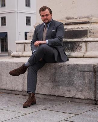 Herren Outfits 2021: Erwägen Sie das Tragen von einem dunkelgrauen Anzug und einem hellblauen Businesshemd für einen stilvollen, eleganten Look. Suchen Sie nach leichtem Schuhwerk? Entscheiden Sie sich für eine dunkelbraune Wildlederfreizeitstiefel für den Tag.