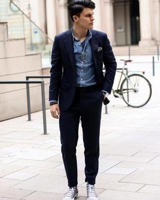 Turnschuhe kombinieren – 500+ Herren Outfits: Etwas Einfaches wie die Wahl von einem dunkelblauen Anzug und einem blauen Chambray Businesshemd kann Sie von der Menge abheben. Warum kombinieren Sie Ihr Outfit für einen legereren Auftritt nicht mal mit Turnschuhen?