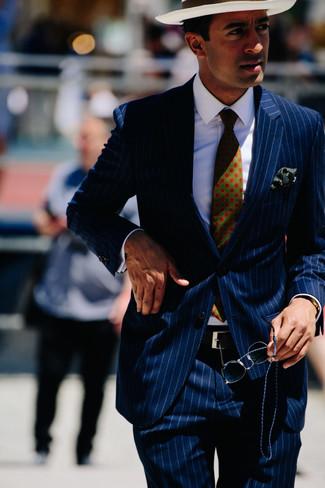 Wie kombinieren: dunkelblauer vertikal gestreifter Anzug, weißes Businesshemd, weißer Strohhut, dunkelgrüne bedruckte Krawatte