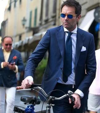 Wie kombinieren: dunkelblauer Anzug, weißes Businesshemd, dunkelblaue Krawatte, weißes Einstecktuch