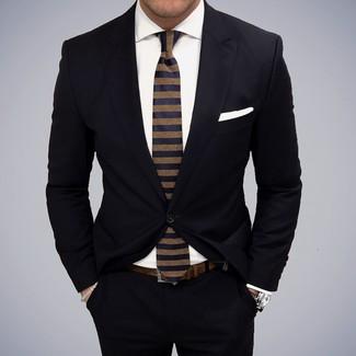 Wie kombinieren: schwarzer Anzug, weißes Businesshemd, dunkelblaue horizontal gestreifte Krawatte, weißes Einstecktuch