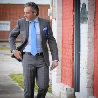 Wie kombinieren: grauer Anzug mit Schottenmuster, hellblaues Businesshemd, türkise Krawatte, hellblaues Einstecktuch