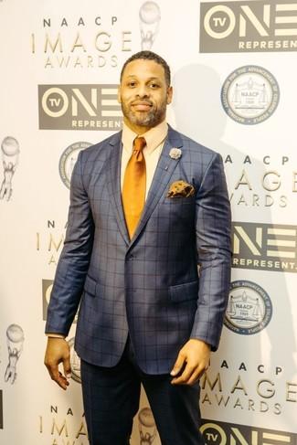 Wie kombinieren: dunkelblauer Anzug mit Karomuster, hellbeige Businesshemd, orange Krawatte, orange Einstecktuch mit Blumenmuster