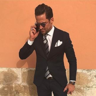 Wie kombinieren: schwarzer Anzug, weißes Businesshemd, graue vertikal gestreifte Krawatte, weißes Einstecktuch