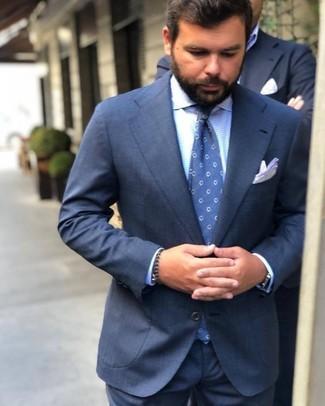 Wie kombinieren: dunkelblauer Anzug, hellblaues Businesshemd mit Vichy-Muster, blaue gepunktete Krawatte, weißes Einstecktuch