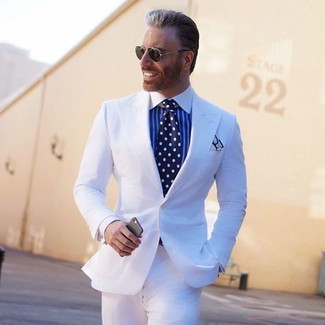 Wie kombinieren: weißer Anzug, weißes und blaues vertikal gestreiftes Businesshemd, dunkelblaue und weiße gepunktete Krawatte, weißes Einstecktuch