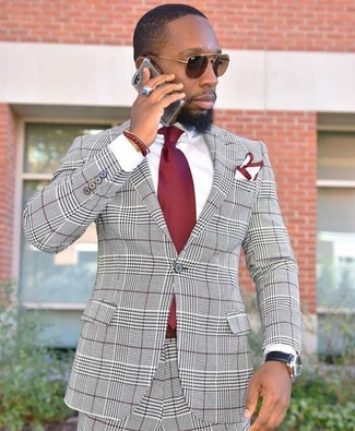 Wie kombinieren: grauer Anzug mit Schottenmuster, weißes Businesshemd, rote Krawatte, weißes und rotes Einstecktuch