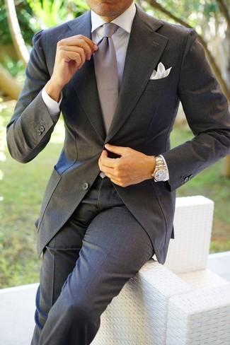 Wie kombinieren: dunkelgrauer Anzug, weißes Businesshemd, graue Seidekrawatte, weißes Einstecktuch