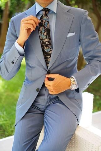 Wie kombinieren: hellblauer Anzug, hellblaues Businesshemd, schwarze Krawatte mit Paisley-Muster, weißes Einstecktuch
