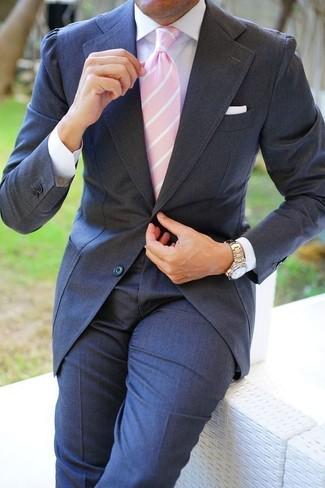 Wie kombinieren: dunkelgrauer Anzug, weißes Businesshemd, rosa vertikal gestreifte Krawatte, weißes Einstecktuch