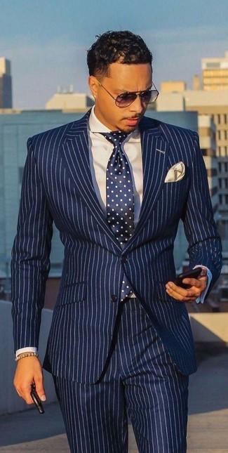 Wie kombinieren: weißer und dunkelblauer vertikal gestreifter Anzug, weißes Businesshemd, dunkelblaue und weiße gepunktete Krawatte, hellbeige Einstecktuch