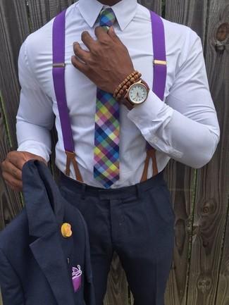 Wie kombinieren: dunkelgrauer Anzug, weißes Businesshemd, mehrfarbige Krawatte mit Schottenmuster, lila Einstecktuch
