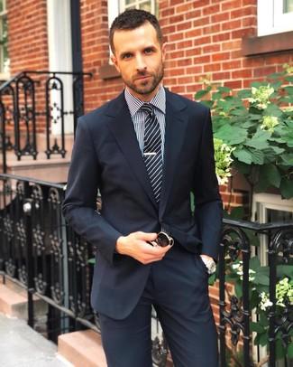 Wie kombinieren: dunkelblauer Anzug, schwarzes und weißes Businesshemd mit Vichy-Muster, schwarze und weiße vertikal gestreifte Krawatte, schwarze Sonnenbrille