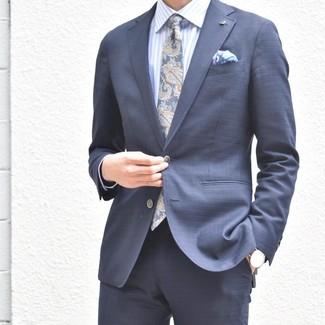 Wie kombinieren: dunkelblauer Anzug, hellblaues vertikal gestreiftes Businesshemd, dunkelblaue Krawatte mit Paisley-Muster, hellviolettes bedrucktes Einstecktuch