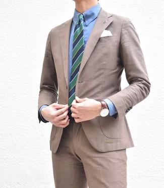 Wie kombinieren: brauner Anzug, blaues Businesshemd, dunkelblaue und grüne vertikal gestreifte Krawatte, weißes Einstecktuch