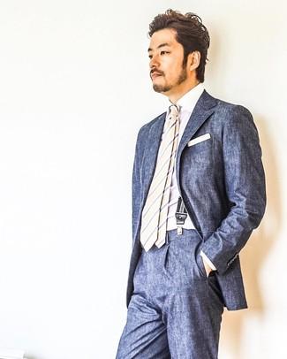 Wie kombinieren: dunkelblauer Anzug, weißes Businesshemd, hellbeige vertikal gestreifte Krawatte, weißes Einstecktuch