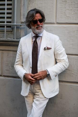 Wie kombinieren: weißer Leinen Anzug, weißes Businesshemd, dunkelbraune Krawatte, braunes bedrucktes Einstecktuch
