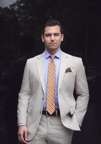 Wie kombinieren: hellbeige Anzug, hellblaues Chambray Businesshemd, orange horizontal gestreifte Krawatte, dunkelrotes bedrucktes Einstecktuch