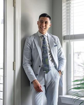 Wie kombinieren: hellblauer vertikal gestreifter Anzug aus Seersucker, weißes Businesshemd, dunkelblaue und grüne Krawatte mit Paisley-Muster, weißes Einstecktuch