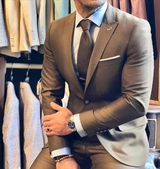 Braune Strick Krawatte kombinieren: trends 2020: Entscheiden Sie sich für einen braunen Anzug und eine braune Strick Krawatte, um vor Klasse und Perfektion zu strotzen.