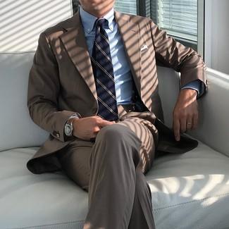Dunkelblaue vertikal gestreifte Krawatte kombinieren: trends 2020: Entscheiden Sie sich für einen braunen Anzug und eine dunkelblaue vertikal gestreifte Krawatte für eine klassischen und verfeinerte Silhouette.