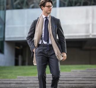 Wie kombinieren: dunkelgrauer Anzug, weißes Businesshemd, dunkelblaue bedruckte Krawatte, dunkelblaues Einstecktuch