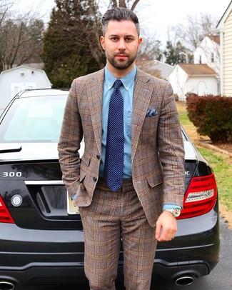 Wie kombinieren: brauner Anzug mit Schottenmuster, hellblaues Chambray Businesshemd, dunkelblaue gepunktete Krawatte, blaues Einstecktuch