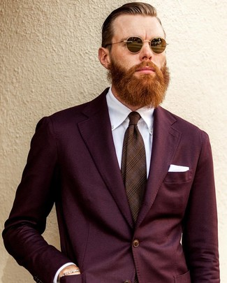 Wie kombinieren: dunkelroter Anzug, weißes Businesshemd, braune Krawatte mit Schottenmuster, weißes Einstecktuch