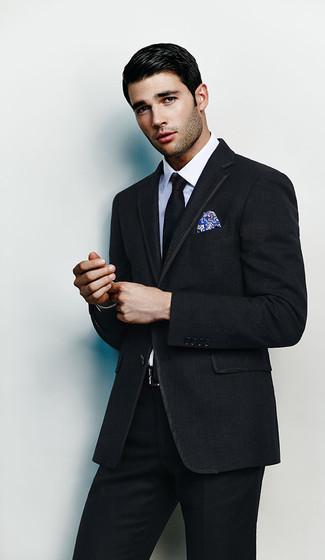 Herren Outfits & Modetrends 2020: Tragen Sie einen schwarzen Anzug und ein weißes Businesshemd, um vor Klasse und Perfektion zu strotzen.