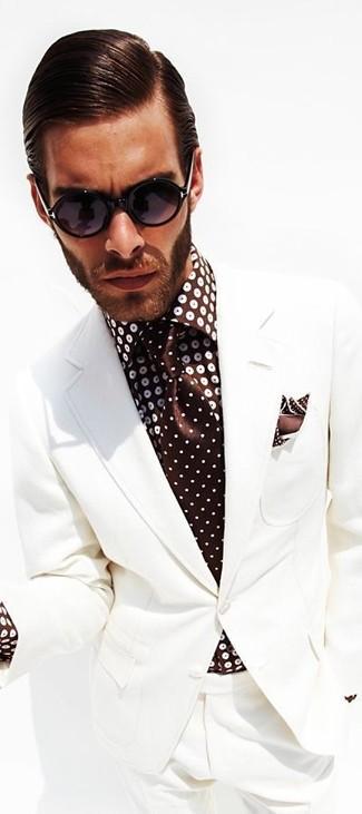 Wie kombinieren: weißer Anzug, dunkelbraunes gepunktetes Businesshemd, dunkelbraune gepunktete Krawatte, dunkelbraunes gepunktetes Einstecktuch