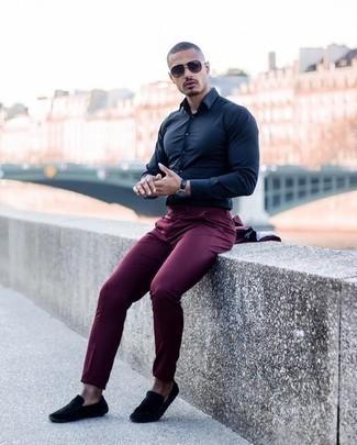 Mokassins kombinieren: trends 2020: Kombinieren Sie einen dunkelroten Anzug mit einem dunkelblauen Businesshemd, um vor Klasse und Perfektion zu strotzen. Fühlen Sie sich ideenreich? Entscheiden Sie sich für Mokassins.